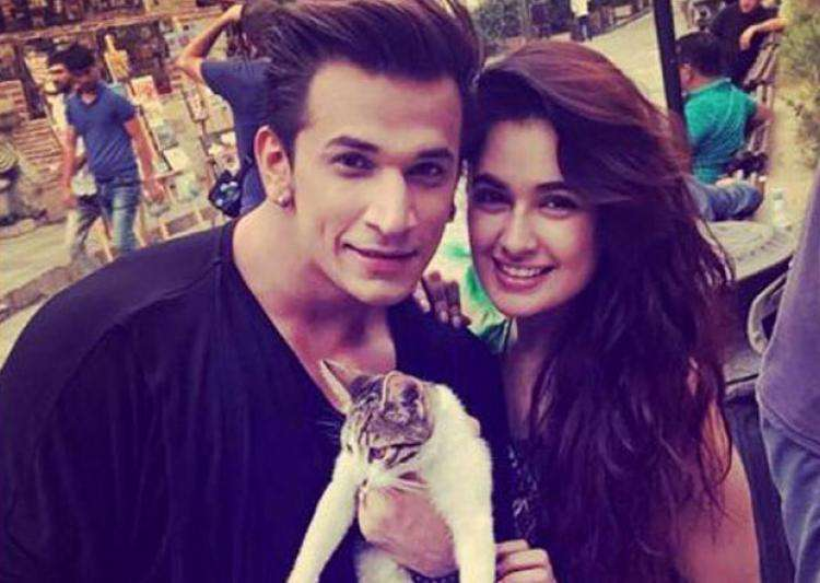 Bigg Boss contestant Prince Narula goes down on his knees- India Tv