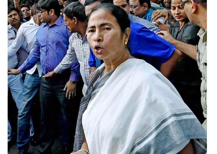 Mamata Banerjee interacts with the people in front of RBI- India Tv