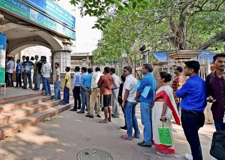 People standing in queue to exchange notes- India Tv