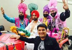 akshay kumar storms sets of comedy nights on a tractor see