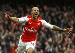 arsenal holds on to beat bottom place leicester 2 1 in epl