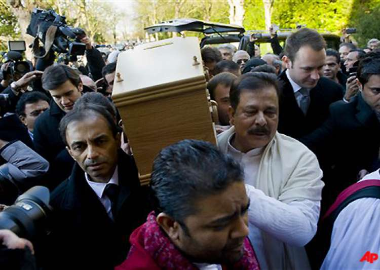 dev anand given a tearful farewell amid rich tributes- India Tv