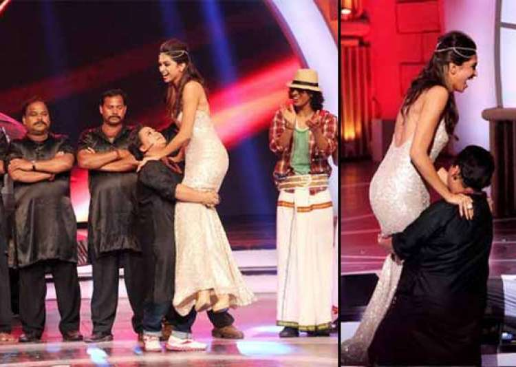 zee cine awards 2014 comedian bharti lifts up deepika- India Tv