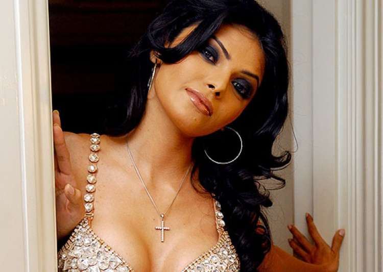 sherlyn chopra roped in for kamasutra 3d- India Tv