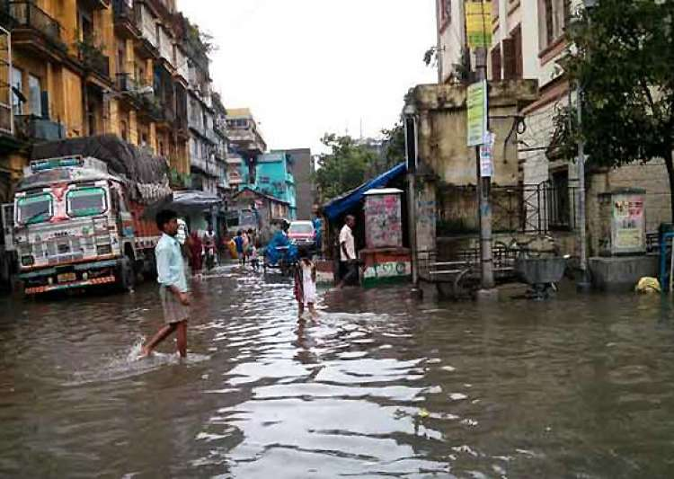 heavy torrential rains throw life off gear in kolkata- India Tv