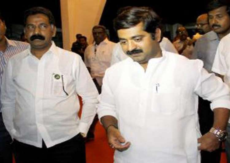 mumbai traffic cop assaulted by mlas suspended- India Tv