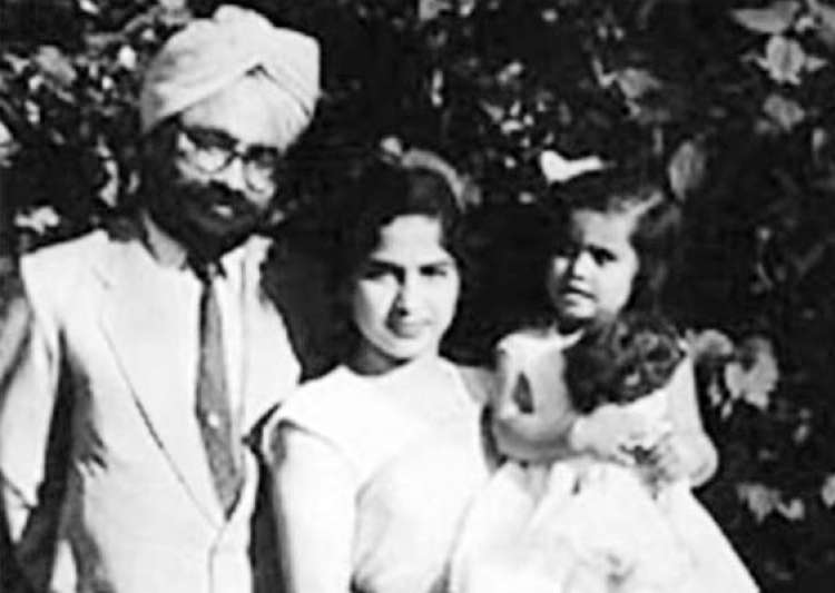 rare pictures of outgoing pm manmohan singh and family- India Tv