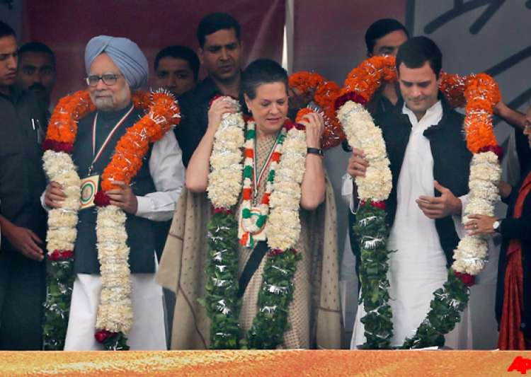 sonia rahul and manmohan hit out at detractors at congress- India Tv