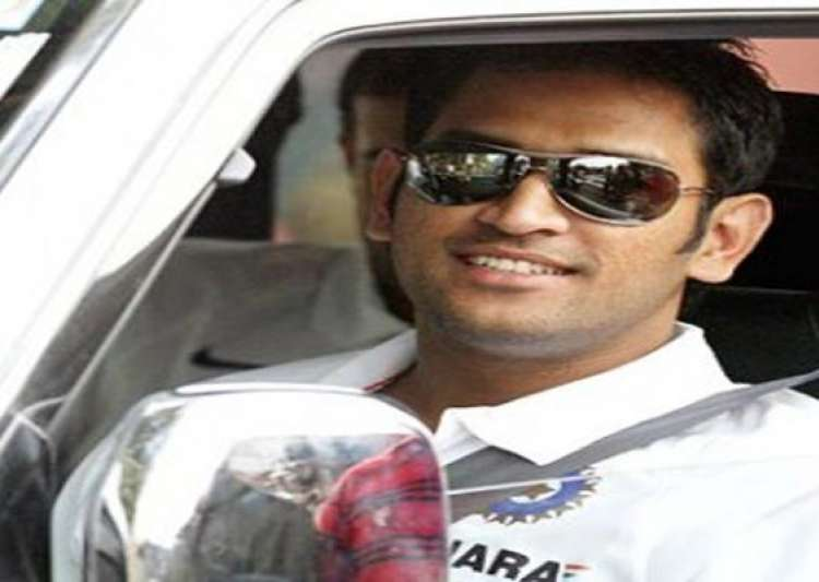 jaipur cop pulls up m s dhoni for driving in the wrong lane- India Tv