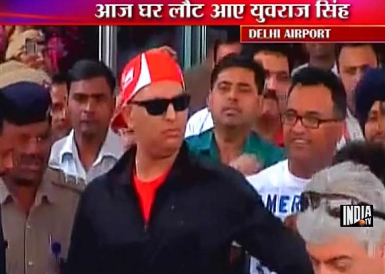 recovering yuvraj returns to warm welcome- India Tv