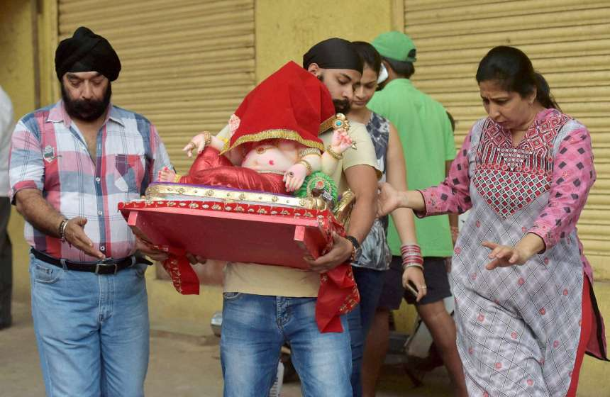 A family takes home the idol of Ganpati on the occasion of Ganesh Chaturthi.