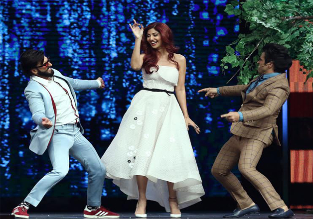 Both Ranveer and Ritvik shook legs with Shilpa Shetty. The gorgeous actress complimented Ranveer very well.