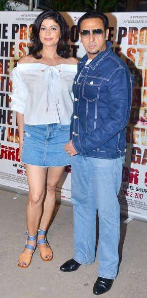 Gulshan Grover arrived at the event and clicked photos with Pooja.