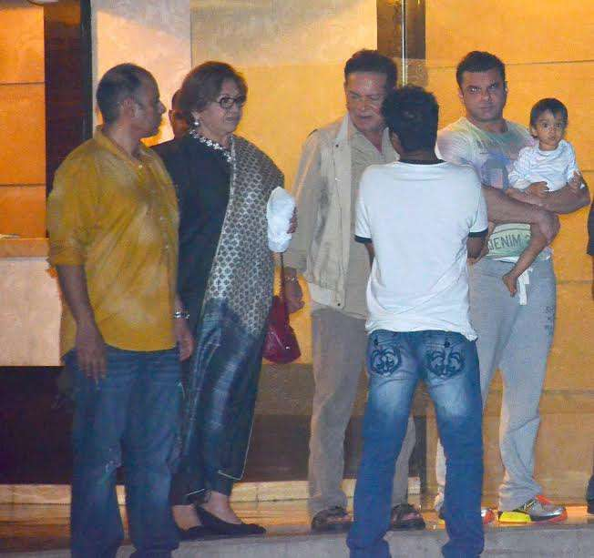 Salman's step-mother Helen along with Salim Khan and Sohail can be seen in the picture. But, can you see little Ahil looking at the lenses. Well, it seems that just he likes camera a lot as he gives a pose.