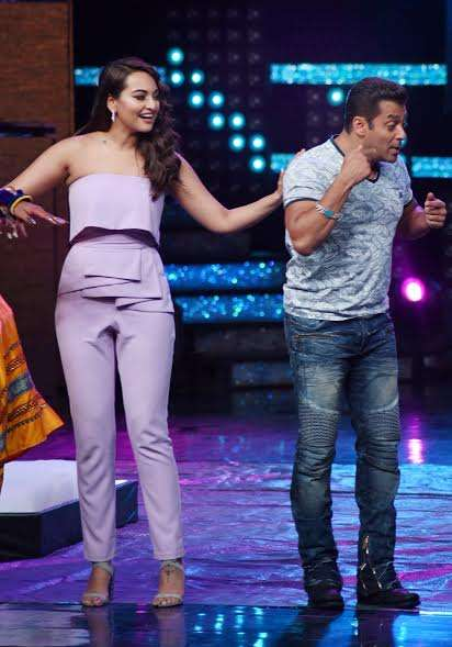 Sonakshi and Salman looked adorable while having fun on the sets.