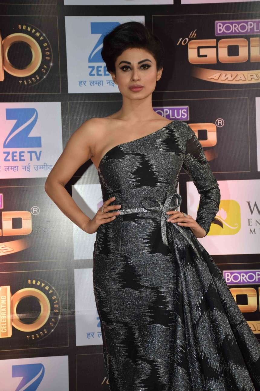 Naagin actress Mouni Roy looked like a million dollar in a black and grey attire.