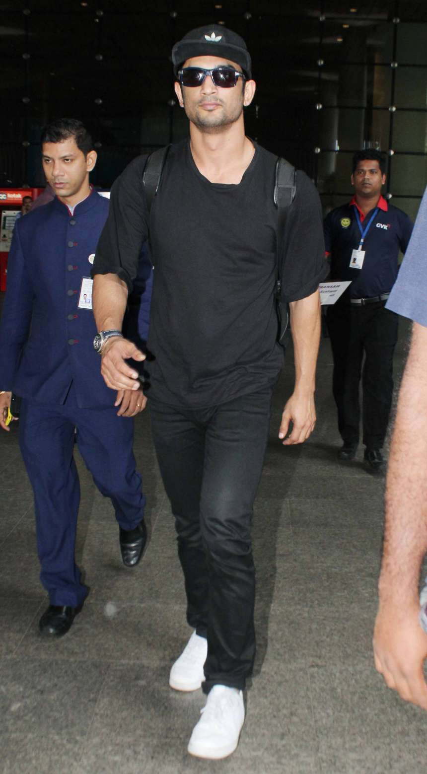 Sushant Singh Rajput is as kick-back as always. Wearing a black round neck tee and a pair of black trousers, he's looking as suave as he can. He didn't forget to pose a thumbs up for the paparazzi.