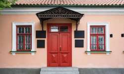 Vastu Tips: Do not let these things come in front of main door of the house, it will have a bad effe