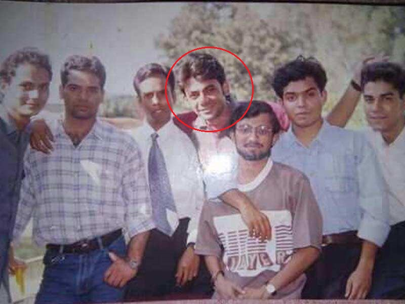 Sunil Grover's old picture with classmates.