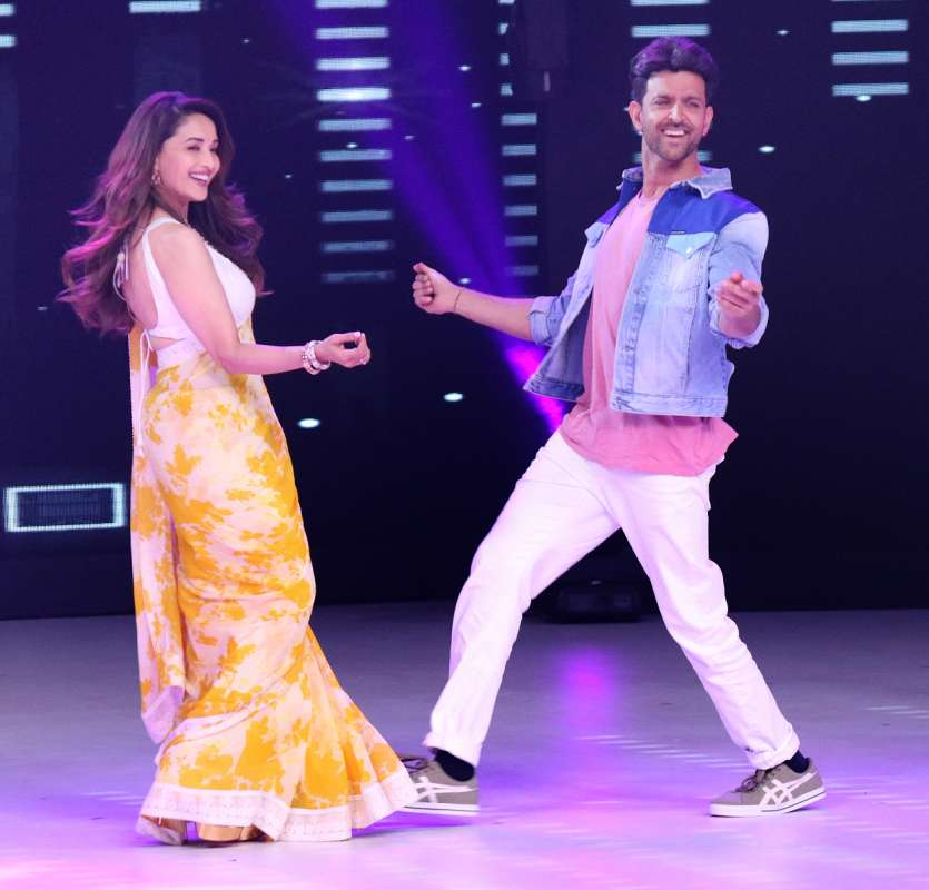 Madhuri Dixit graced Dance Deewane with her thumkas along with Hrithik Roshan!